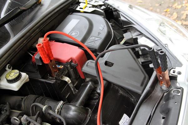 Почему не стоит прикуривать автомобиль на работающем двигателе донора