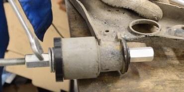 Замена переднего сайлентблока рычага подвески Ford Focus 2