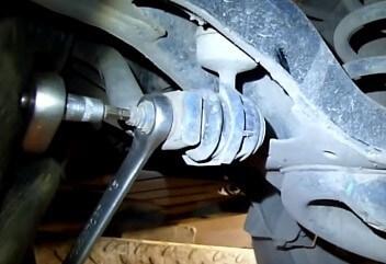 Замена задней стойки стабилизатора Ford Focus 2