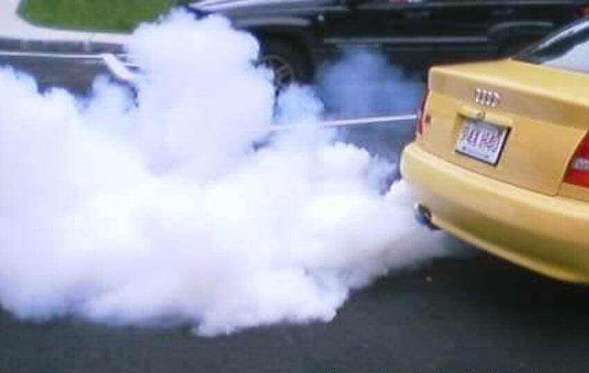 Белый дым из выхлопной трубы: причины