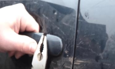 Как открыть дверь Volkswagen Passat B5, если оборвался тросик привода замка