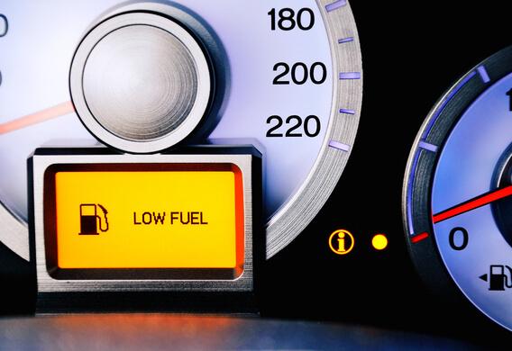 Сколько остается бензина, когда загорается лампочка