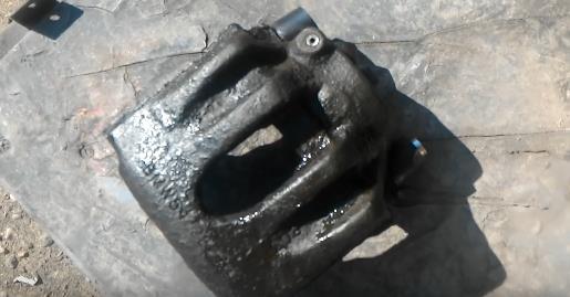 Отворачивание штуцера или трубки тормозной системы