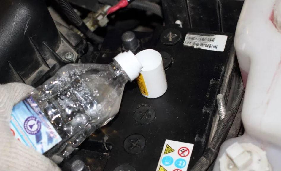 Доливка воды в автомобильный аккумулятор